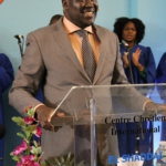 Bishop Adama Ouedraogo préchant la parole à l'église El Shaddai